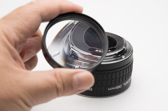 クローズアップレンズは凸レンズです。レンズの前に取り付けると拡大できるというわけです。