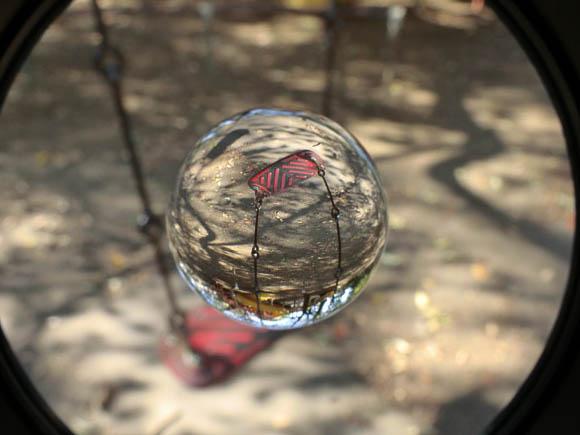 ちゃんと玉の方にピントが合ったが、筒の内側も写ってしまった。透明球の中は逆さまに写る。